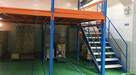 广州阁楼平台货架的楼梯如何设计更适合上下货?