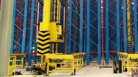 广州仓库货架工厂的堆垛机是不是立体货架的配套?【易达货架】