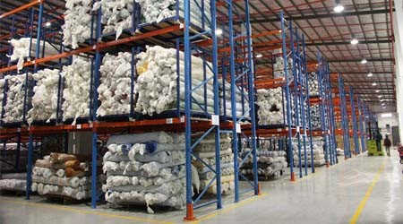 布厂如何把布匹上到库房仓储高层货架上?【易达货架】