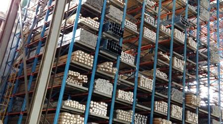 堆放铝型材的立体货架是哪种?仓储货架悬臂式货架厂解析【易达货架】