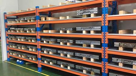 重型印刷厂仓库货架如何固定在地面?【易达货架】